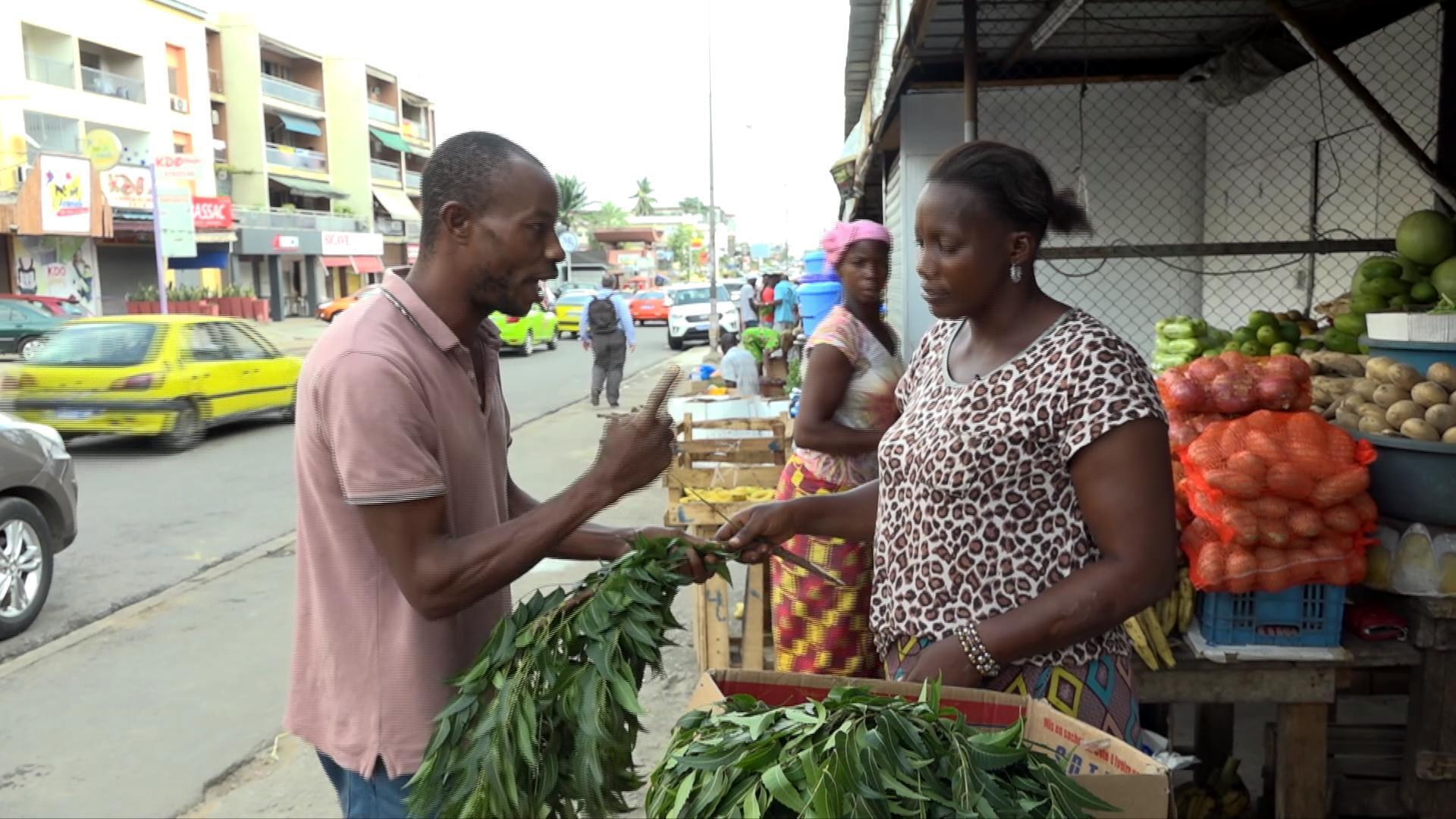 Vendeuse de feuilles de neem à Abidjan.