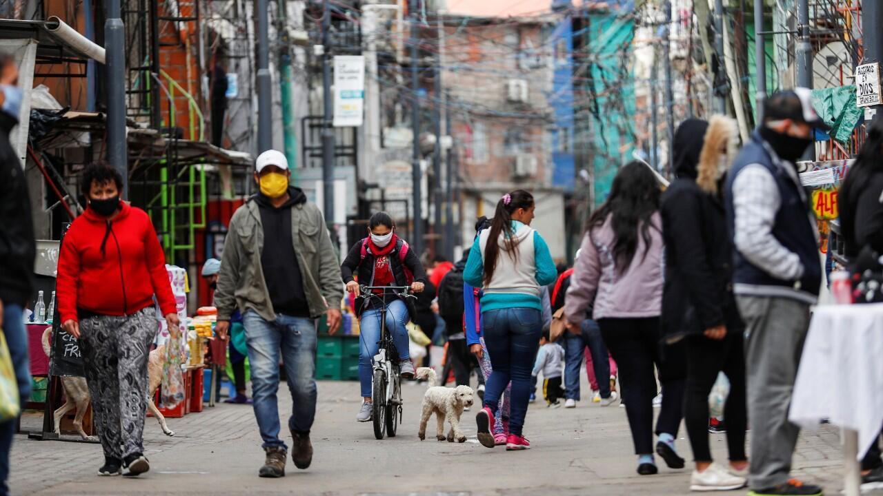 Decenas de personas caminan por una villa de Buenos Aires, Argentina, el 6 de mayo de 2020.