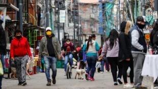 Archivo-Decenas de personas caminan por una villa de Buenos Aires, Argentina, país que registra una cifra récord de casos de dengue, entre 2019 y 2020. El 6 de mayo de 2020.