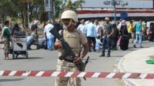 عنصر أمن من القوات الحكومية أمام مطار عدن الدولي في 7 كانون الثاني/ يناير 2016