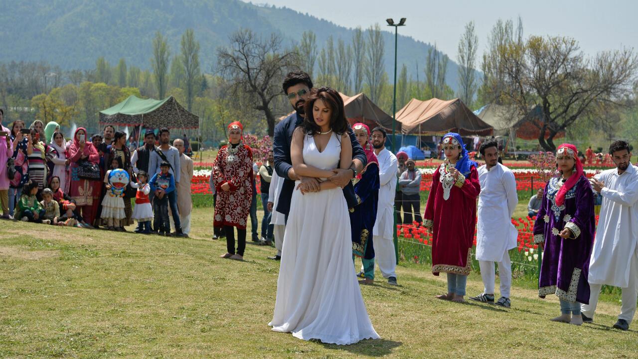 """""""Dans la culture indienne, le Cachemire fait figure, avec ses montagnes et ses vergers et de part son histoire, de paradis perdu"""", explique Ingrid Therwath, journaliste à Courrier international et spécialiste de l'Inde."""