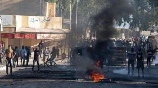 متظاهرون تونسيون في شوارع بلدة سبيطلة التونسية الفقيرة في 13 تشرين الأول/أكتوبر 2020 بعد وفاة رجل عندما هدمت السلطات كشكًا غير قانوني كان ينام فيه