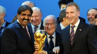 Le président de la Fifa Sepp Blatter, accompagné de l'ancien émir du Qatar Cheikh Hamad ben Khalifa al-Thani (à gauche) et du vice-Premier ministre russe Igor Chouvalov.