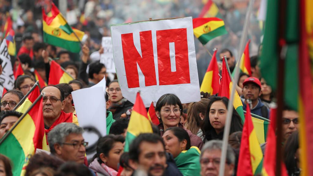 Ciudadanos detractores del presidente boliviano, Evo Morales, se manifiestan en contra de su posible reelección el miércoles 21 de febrero de 2018, en La Paz (Bolivia).