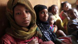 """أطفال يمنيون سود من """"المهمشين"""" يتابعون دروسا في أحد أحياء صنعاء في الرابع من تموز/يوليو 2020"""