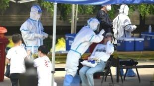 عملية فحص واسعة في الصين للحيلولة دون تجدد انتشار وباء كوفيد 19 لا سيما في مدينة بكين
