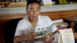 El maestro de judo japonés Tsuneo Sengoku lee en su casa en Gianyar, en la isla indonesia de Bali, el 4 de febrero de 2020