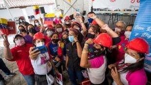 Un grupo de personas participa en un acto de campaña por las elecciones a diputados de la Asamblea Nacional venezolana, el 23 de noviembre de 2020, en Caracas, Venezuela.