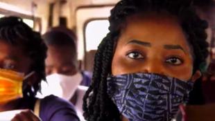 Au Cameroun, dans les bus bondés de Yaoundé, il est impossible de respecter la distanciation sociale.