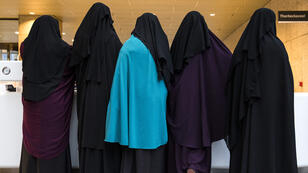 Las mujeres que usan niqab visitaron el Senado el 23 de noviembre de 2016 en La Haya, Holanda, en momentos en que la Cámara de Diputados aprobaba una ley prohibiendo el uso del velo integral en algunos espacios públicos.