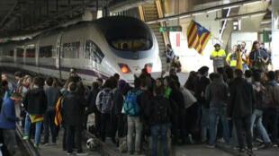 Manifestantes bloquean las vías del tren en la estación de Sants durante un paro regional en Barcelona.