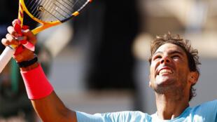 Rafael Nadal célèbre sa qualification pour les quarts de finale de Roland-Garros après avoir battu Sebastian Korda en 8e de finale, le 4 octobre 2020 à Paris