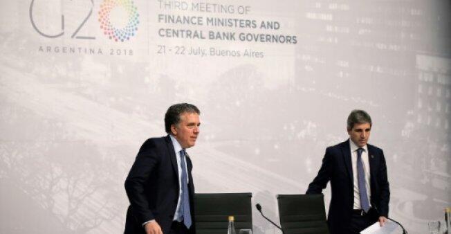 وزير الاقتصاد الأرجنتيني نيكولاس دوخوفني (يسار) مع حاكم المصرف المركزي لويس مابوتو في اجتماع مجموعة العشرين في بوينس آيرس