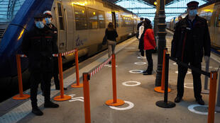 Des agents de la SNCF veillent au respect des mesures barrière à la gare de Tours, le 11 mai 2020.
