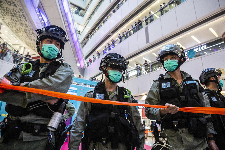La police anti-émeute monte la garde dans un centre commercial de Hong Kong le 6 juillet 2020, dans le cadre de la loi sur la sécurité nationale.