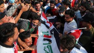 Manifestantes lloran ante el ataúd de un participante que fue asesinado en una protesta en la ciudad sagrada de Kerbala, Irak, el 29 de octubre de 2019.