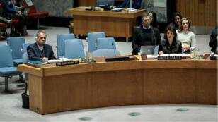 Le membre de la délégation iranienne, Javad Safaei, écoute attentivement l'ambassadrice des États-Unis à l'ONU, Nikki Haley, lors du Conseil de sécurité du 5 janvier.