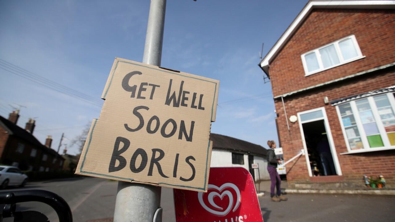 Un cartel en Swynnerton, Reino Unido, le desea una pronta recuperación al primer ministro, Boris Johnson, en una imagen tomada el 9 de abril de 2020.