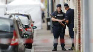 Des policiers près de l'église de Saint-Étienne-du-Rouvray, le 27 juillet 2016.