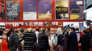 Des visiteurs lors du salon du livre de Paris, le 16 mars 2018.
