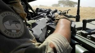 صورة أرشيف بتاريخ الأول من ت2/نوفمبر 2017 لجندي من قوة برخان الفرنسية أثناء تجول دورية وسط مالي في منطقة المثلث الحدودي مع بوركينا فاسو والنيجر.