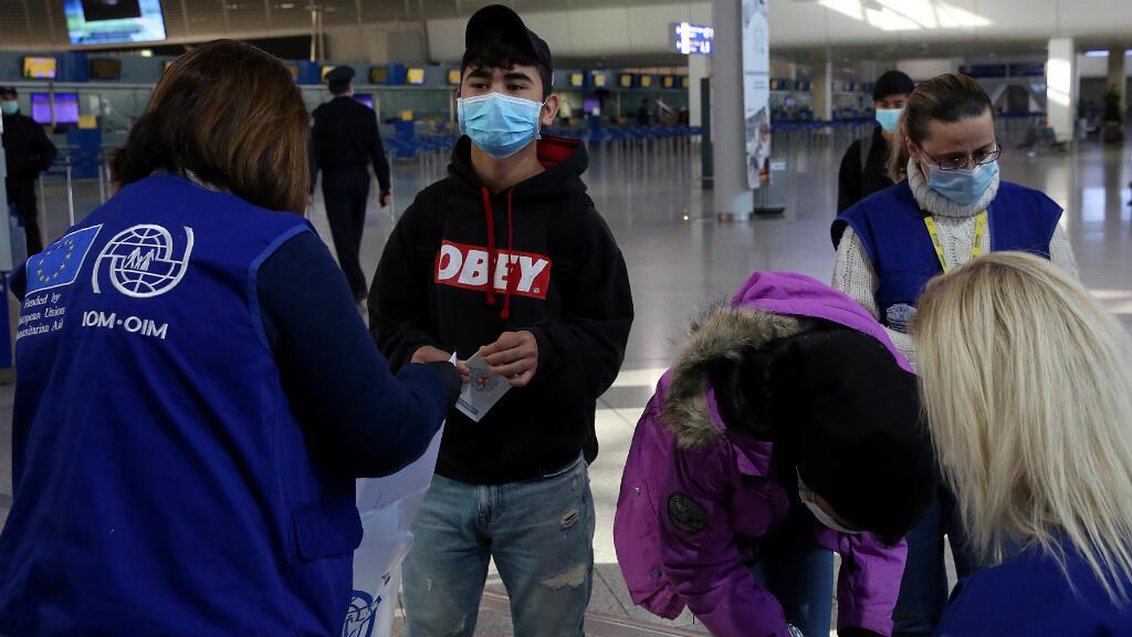 Un grupo de menores no acompañados en campamentos de migrantes superpoblados son trasladados a Luxemburgo, usan máscaras protectoras como precaución contra la propagación del coronavirus. Atenas, Grecia, el 15 de abril de 2020.