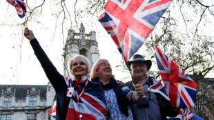 Manifestantes a favor del Brexit ondean banderas del Reino Unido fuera del Parlamento británico en Londres, Reino Unido, el 29 de marzo de 2019.