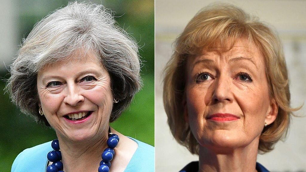 Andrea Leadsom, à droite sur la photo, se retire de la course à la succesion de David Cameron.
