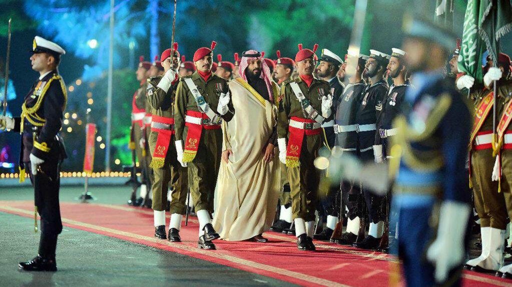 Mohamed Bin Salman es recibido por una guardia de honor en la capital de Pakistán, Islamabad, el 17 de febrero de 2019.