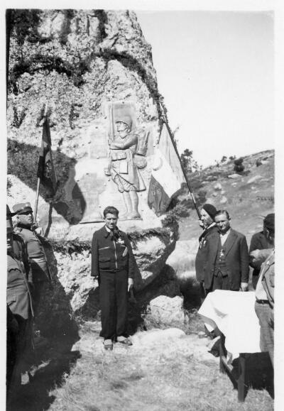 Le monument, le jour de son inauguration. Il s'agit d'un soldat de bronze sculpté par un Poilu français, Marcel Canguilhem, amputé d'un bras à la bataille du Dobro Polje.