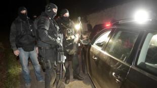 Des policiers français contrôlent des véhicules près de Bayonne dans le Pays Basque, le 16 décembre 2016.