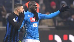 Kalidou Koulibaly, defensa central de Napoli, reacciona cuando el árbitro Paolo Mazzoleni le muestra la tarjeta roja mientras Mauro Icardi, goleador del Inter de Milán, trata de calmarlo, en el estadio Giuseppe Meazza de Milán, el 26 de diciembre de 2018.