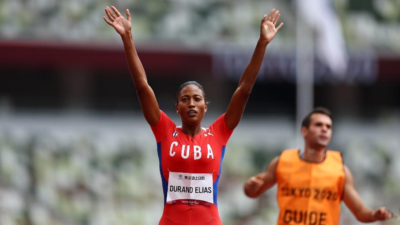 Omara Durand célèbre sa médaille d'or sur le 400m, le 31 août à Tokyo.