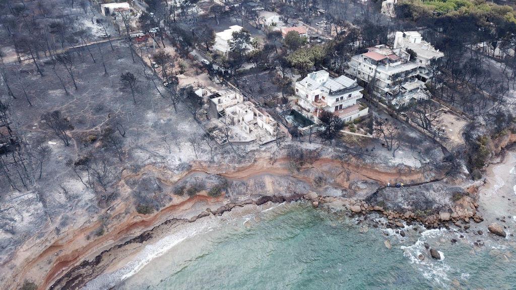 Una vista aérea de las casas y árboles quemados tras el incendio en Mati, Grecia, el 25 de julio de 2018.