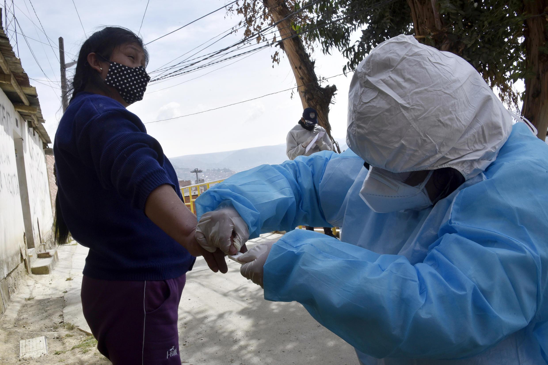 Un trabajador sanitario realiza una prueba de covid-19 a una mujer en La Paz, en Bolivia, el 21 de agosto de 2020