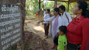 Des Cambodgiens se recueillant au mémorial de Choeung Ek, le 17 avril 2015.