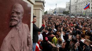 """Ilya Yashin, figure de l'opposition, s'adresse à ses supporters lors du mouvement de protestation visant à demander des """"élections justes"""", le 14 juillet 2019 à Moscou."""