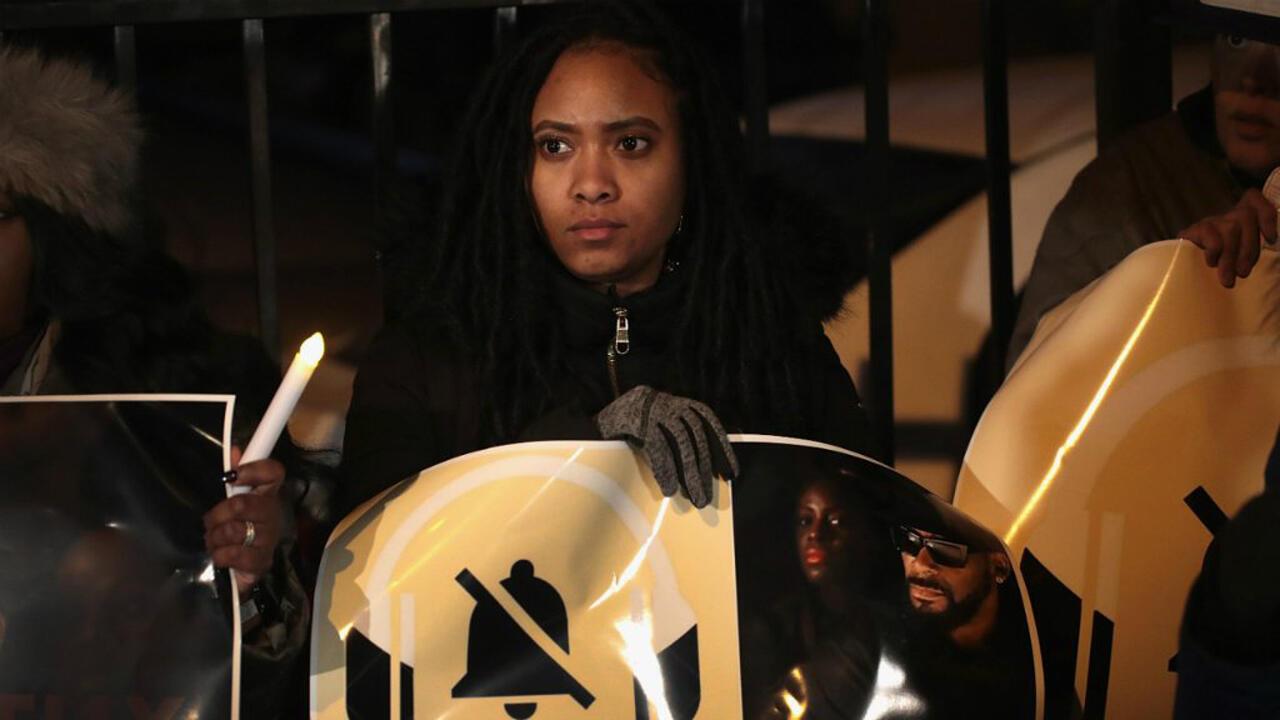 Manifestantes se reunieron cerca del estudio de la cantante R Kelly en Chicago para pedir un boicot a su música, el 9 de enero de 2019.