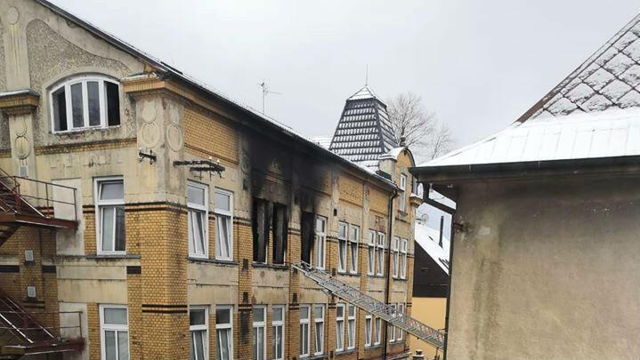 Imagen de las ventanas del centro para personas con discapacidad mental que terminó en llamas en Vejprty, República Checa. 19 de enero de 2020.