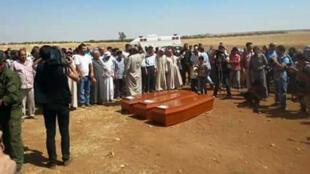 Les cercueils du petit Aylan Kurdi, de sa mère et de son frère avant leur inhumation, vendredi 4 septembre 2015, à Kobané.