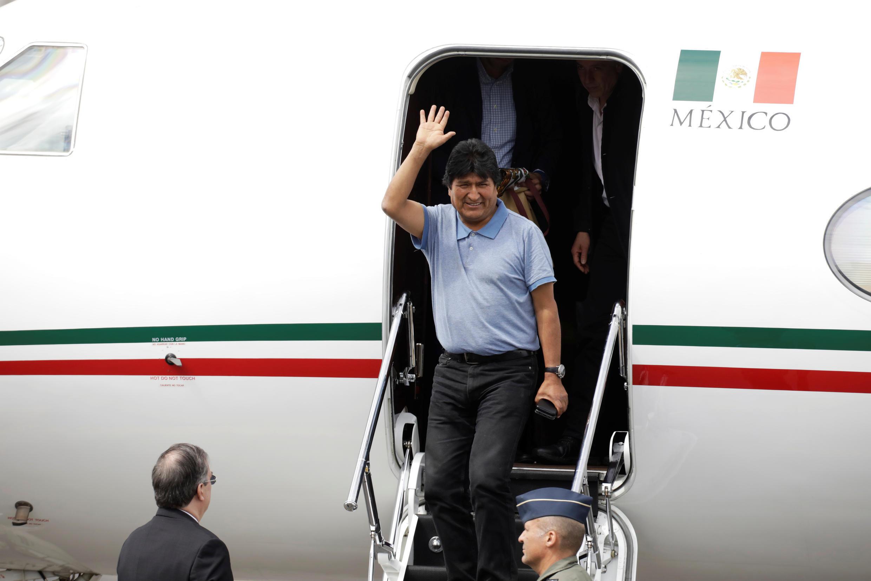 El expresidente boliviano, Evo Morales, sale de un avión en México, el 12 de noviembre de 2019.