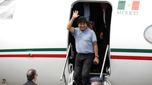 L'ex-président bolivien, Evo Morales, sortant de l'avion, à Mexico, le 12 novembre 2019.