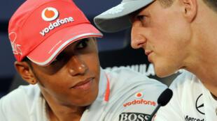 Lewis Hamilton y Michael Schumacher conversan durante una conferencia de prensa antes del Gran Premio de Japón de Fórmula 1 en el circuito de Suzuka, el 7 de octubre de 2010