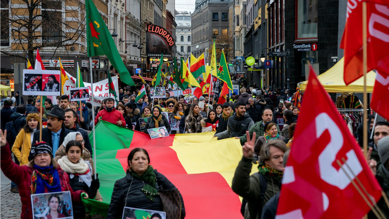 Personas asisten a una manifestación pro-kurda contra la acción militar de Turquía en Siria, en Oslo, Noruega, el 2 de noviembre de 2019.