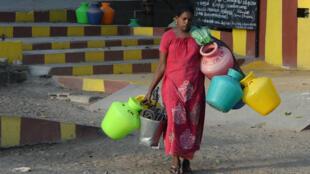 Une femme indienne en chemin pour récupérer de l'eau à Chennai, le 20juin2019.