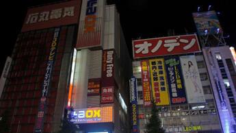 Pour économiser l'électricité, l'absence d'éclairage est parfois saisissante comme à Akihabara, un quartier de Tokyo. Crédit photo : kanpai.fr