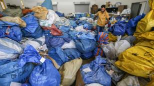 Un employé de la Poste de Jéricho s'apprête à trier des kilos de colis retenus par Israel depuis 2010, le 14 août 2018.