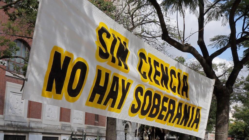 """Un cartel de reclamo dice: """"sin ciencia no hay soberanía""""."""