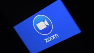 El logo de la aplicación de videoconferencias Zoom, en un teléfono móvil en Arlington, Virginia, el 30 de marzo de 2020
