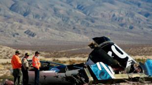 Les enquêteurs sur le site du crash de la navette spatiale dans le désert du Mojave.